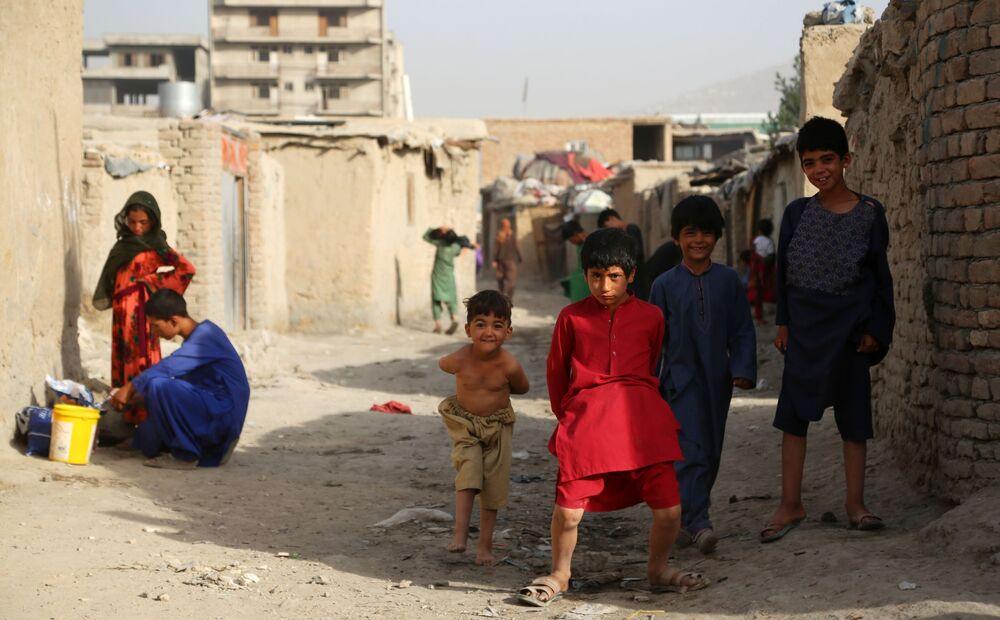 Taliban, uluslararası askeri gücün büyük bir kısmının terk ettiği Afganistan'ın yüzde 85'inin kontrolünü eline geçirdiğini ileri sürüyor. Fotoğrafta: Artan çatışmalardan kaçmak için evlerini terk etmek zorunda kalan Afgan ailelerin  çocukları, geçici mülteci kampında