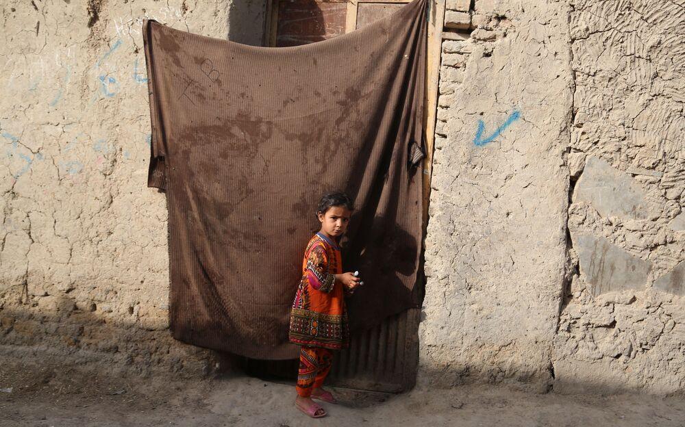 Taliban, Haziranın son haftasında başlattığı saldırılarda Özbekistan ve Tacikistan sınırındaki ilçelerin tamamına yakınını ele geçirdi.  Fotoğrafta: Kabil'de kurulan geçici mülteci kampındaki bir kız çocuğu