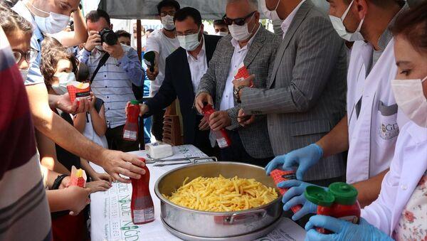 Niğde'de vatandaşlara ücretsiz patates dağıtılması - Sputnik Türkiye