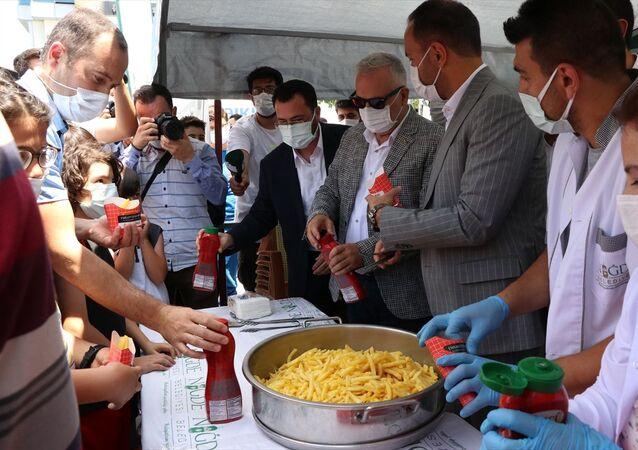 Niğde'de vatandaşlara ücretsiz patates dağıtılması