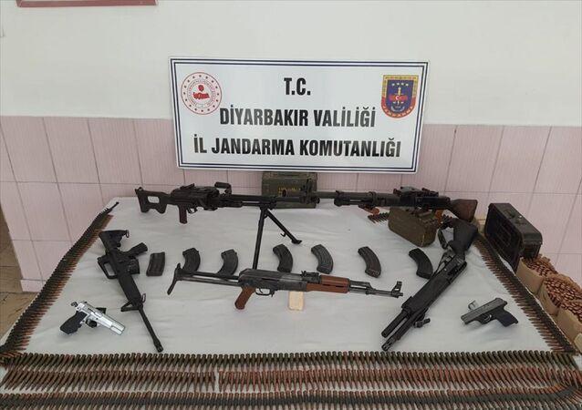Diyarbakır'da tabutta ve eski okul binasında 7 silah ile mühimmat ele geçirildi.