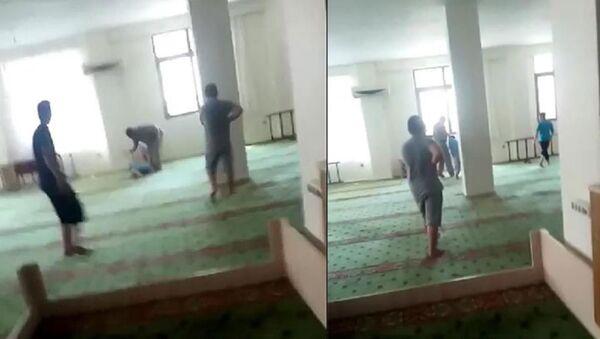 Müezzinin camide çocuğu darp ettiği görüntülere çifte soruşturma  - Sputnik Türkiye