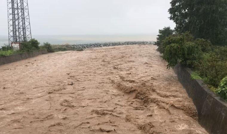 Rize'de dereler taştı: Evleri su bastı, yollar kapandı