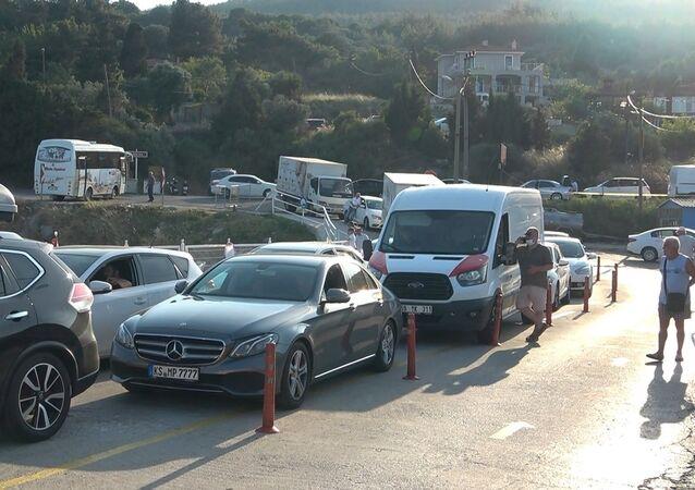 Marmara ile Trakya'dan Çanakkale ve Ege Bölgesi'ne gelen tatilciler, 4 kilometrelik feribot kuyruğu oluşturdu. Sıcak havada uzun araç kuyruklarında bunalan vatandaşlar, tatillerinin çile ile başladığını söyledi.