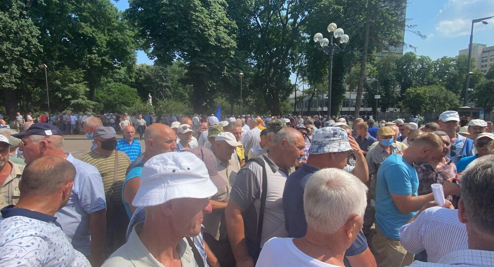 Ukrayna'da parlamento binasının önünde asker emeklileri ve güvenlik güçleri arasında arbede yaşandı
