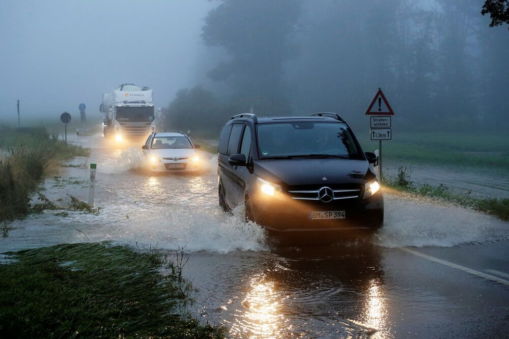 Eyaletinin başkenti Düsseldorf'ta da bazı bölgelerin tahliye edildiği bildirildi.