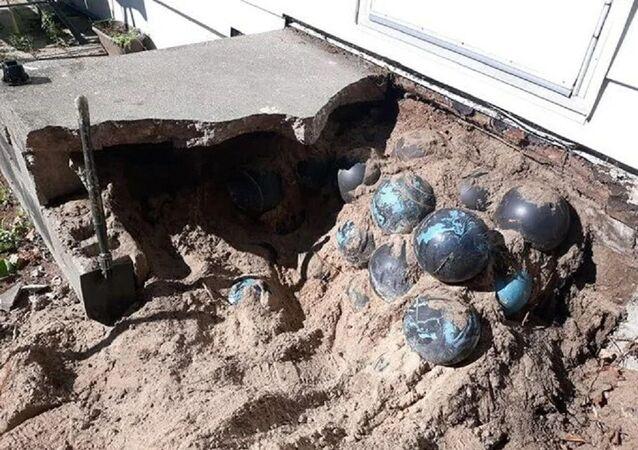 Evinin merdivenlerinin altında gömülü 160 adet bowling topu