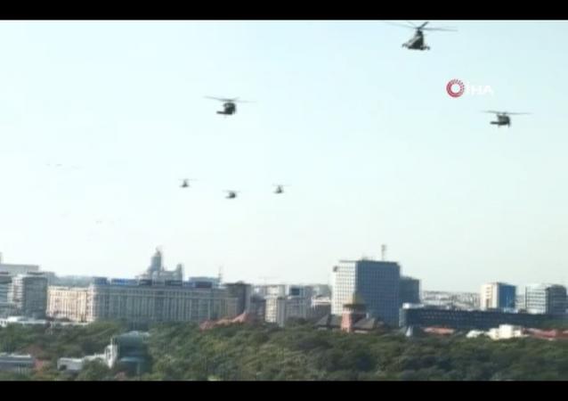 ABD ordusuna ait Kara Şahin tipi askeri helikopter, Romanya'nın başkenti Bükreş'te trafik akışının devam ettiği anayola acil iniş yaptı.