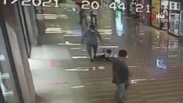 AVM'de 10 yaşındaki çocuğa tekme tokat dayak kamerada - Sputnik Türkiye