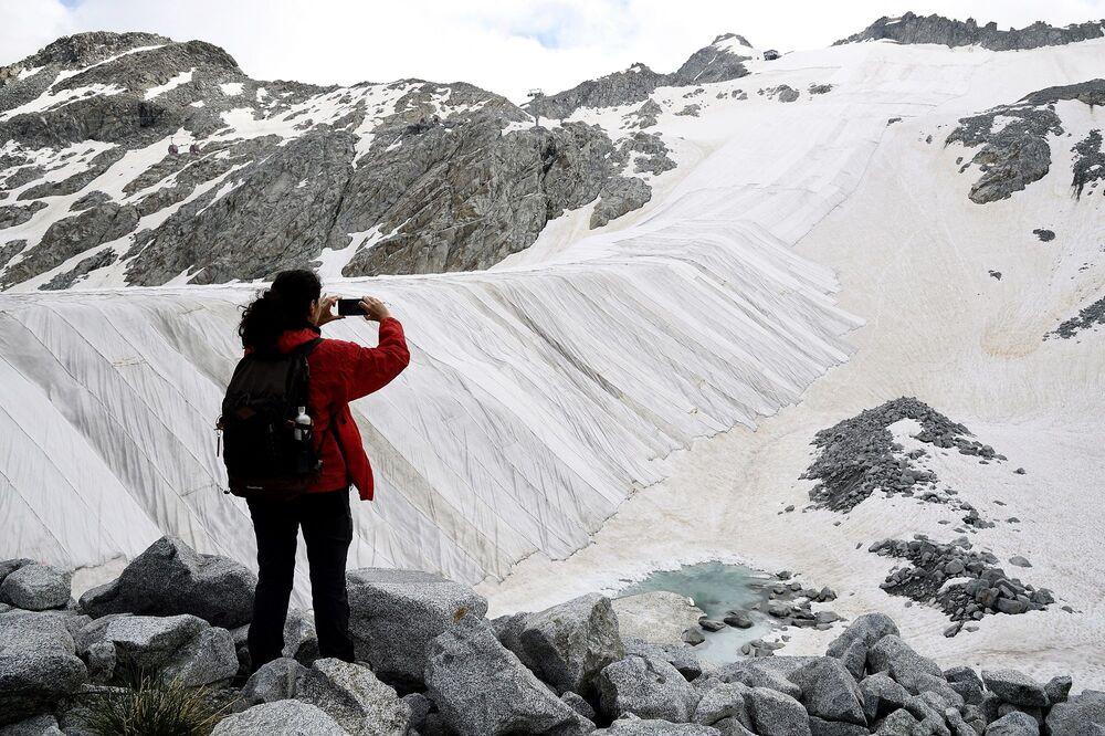 """Panizza, Birkaç Avusturya buzulunda da bizimkine benzer buzul örtü sistemleri var, ancak brandaların kapladığı yüzey çok küçük. Avusturya yapımı muşambaların her biri 450 dolara mal oluyor bunları kurması ve  kış tekrar gelmeden kaldırılması altışar hafta sürüyor"""" diye konuştu."""