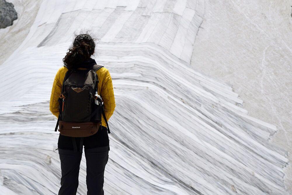 Araştırmacılar, bu kapsamda muşambaları sermek için her yaz, dağdan 30 metre aşağı iniyor ve sıcak havaların alttan kaymamasını sağlamak için onları birbirine dikiyorlar.