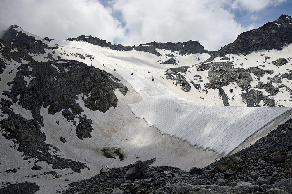 Presena buzulu, İtalya'da Val di Sole ve Valle Camonica arasındaki sınırda, Trentino ve Lombardiya bölgeleri arasında yer alıyor.