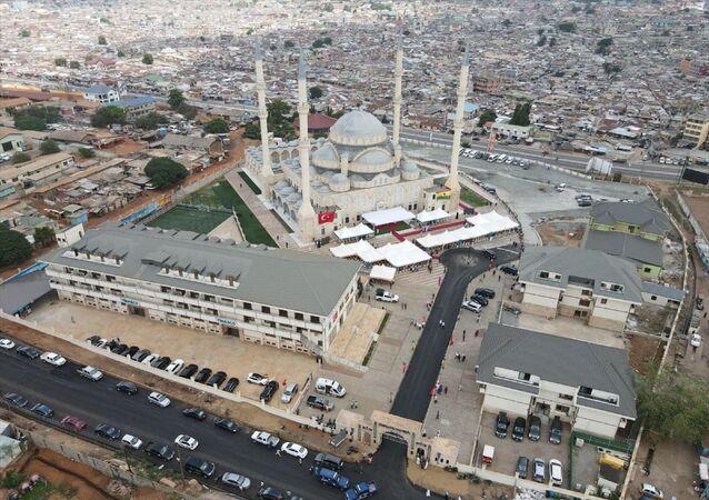 Gana'nın başkenti Akra'da Müslümanların yoğun bulunduğu Kanda mahallesinde, Türkiye Diyanet Vakfı ve Aziz Mahmut Hüdayi Vakfı'nın desteğiyle yaptırılan Millet Cami ve Külliyesi