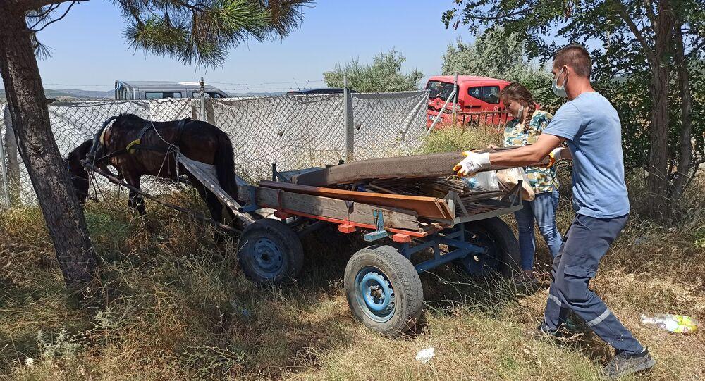 Edirne'nin Keşan ilçesinde bir köpeğe eziyet edildiğinin haberini alan yetkililer, mağdur köpeği teslim almak üzere olayın yaşandığı bölgeye gitti. Yol üzerinde şiddete maruz kalarak at arabası çekmeye zorlanan yaralı atı gören ekipler, iki hayvanı şiddet görmekten kurtardı.