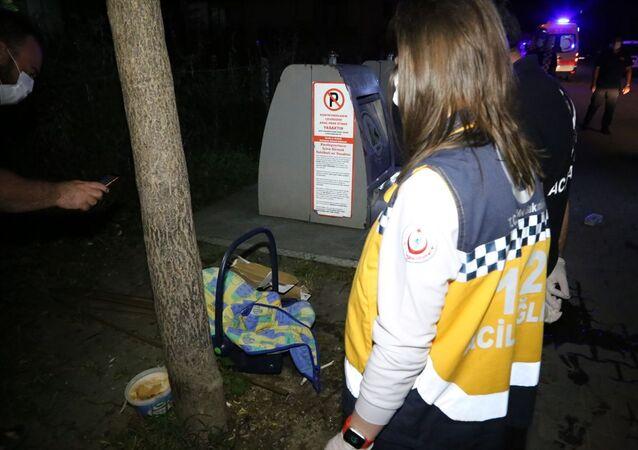 Bolu'da, yeraltı çöp konteynerinin yanında bebek puseti görülmesi ve çöpe bebek atıldığı iddiası üzerine çok sayıda ekibin katılımıyla çöp yığınları arasında arama yapıldı.