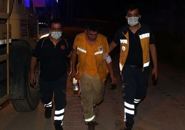 Hatay'ın Hassa ilçesinde ormanlık alanda çıkan yangına müdahale ederken dumandan etkilenen 2 itfaiye eri hastanede tedavi altına alındı.