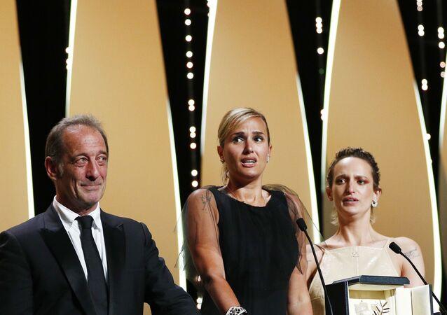 Bu yıl 74.sü düzenlenen Cannes Film Festivali'nde Altın Palmiye ödülünü Titane adlı filmi kazandı.