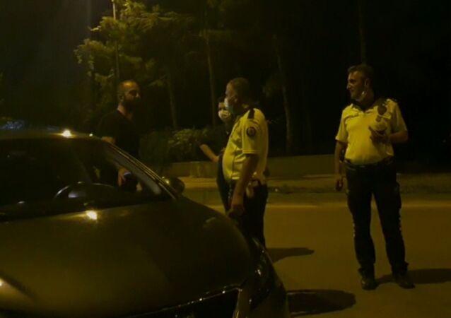 Bursa'nın İnegöl ilçesinde Emniyet Müdürlüğü ekiplerince yapılan uygulamada durdurulan alkollü sürücünün itirafı şaşırttı. 2 promil alkollü olduğu tespit edilen sürücü 2-3 bira içmişim evime gidiyorum, yakaladınız çok güzel dedi.
