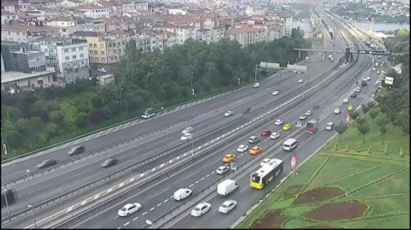 Haliç Köprüsü'nde kazayı gören sürücüler yolda geri geri gidip trafik oluşturdular