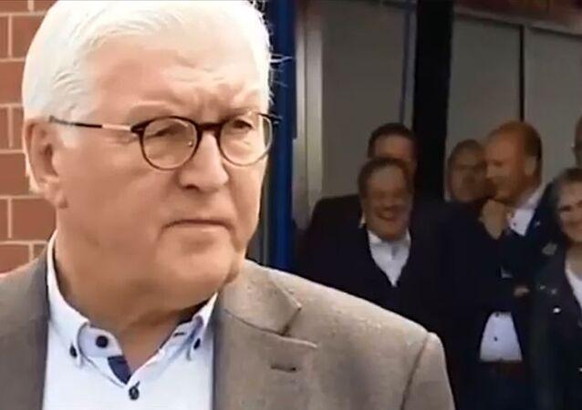 Almanya'da başbakan adayı Laschet'in afet bölgesine ziyaretinde güldüğü anlar görüntülendi