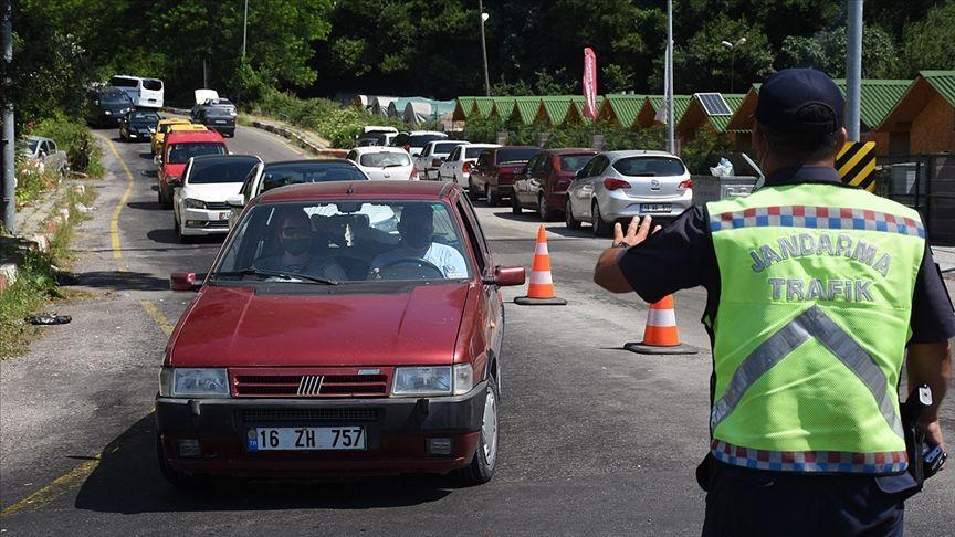 Bartın'ın İnkumu beldesi tatilci yoğunluğu nedeniyle araç girişine kapatıldı