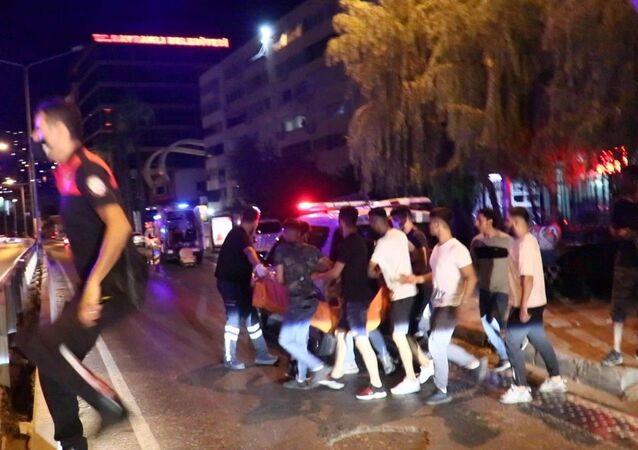 İzmir'in Bayraklı ilçesinde, iki grup arasında omuz atma yüzünden çıkan bıçaklı kavgada 1 kişi hayatını kaybederken, 2'si ağır, 3 kişi yaralandı. Olay sonrası kaçan 5 şüpheli, kısa süre sonra polis ekipleri tarafından yakalanarak gözaltına alındı.
