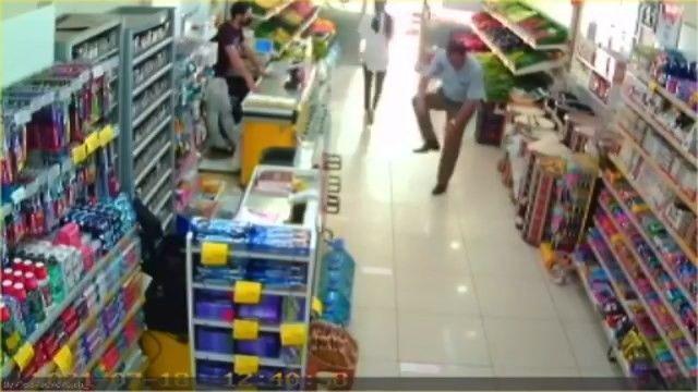 Çorabından çıkardığı maskeyi taktı, alışverişe devam etti
