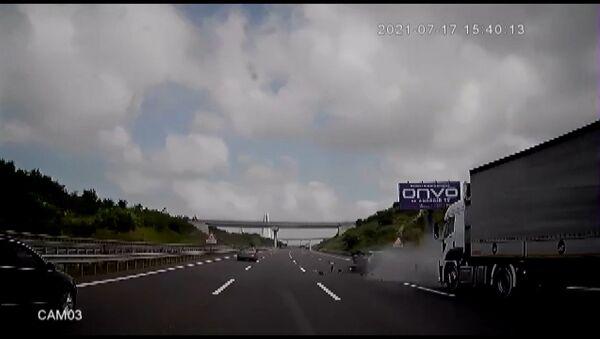 Makas atarak ilerleyen otomobil, arkasından seyreden otobüsün önüne hurda olarak döndü - Sputnik Türkiye