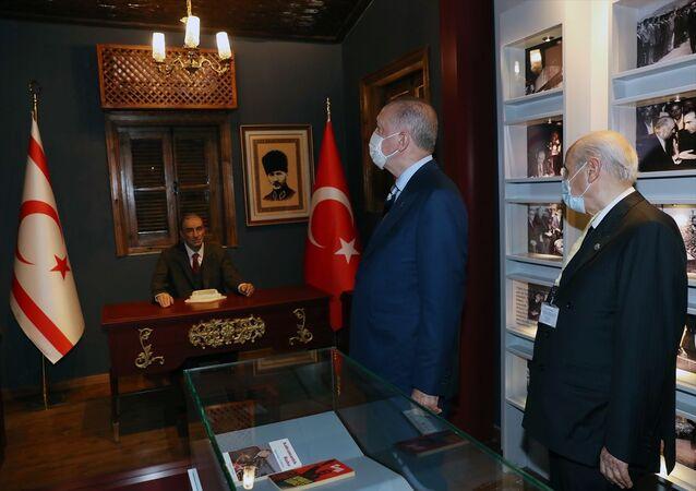 Cumhurbaşkanı Erdoğan ve Bahçeli'den Türkeş'in doğduğu eve ziyaret