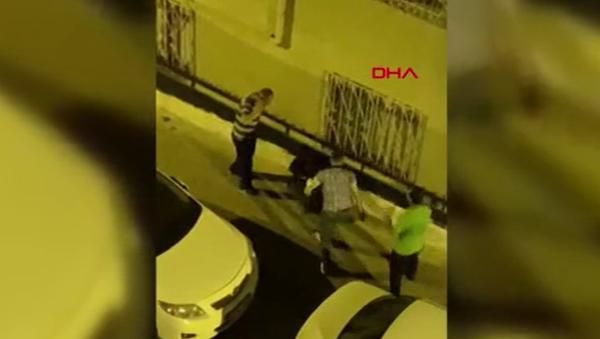 Hırsızlık şüphelisine sokak ortasında dayak kamerada - Sputnik Türkiye