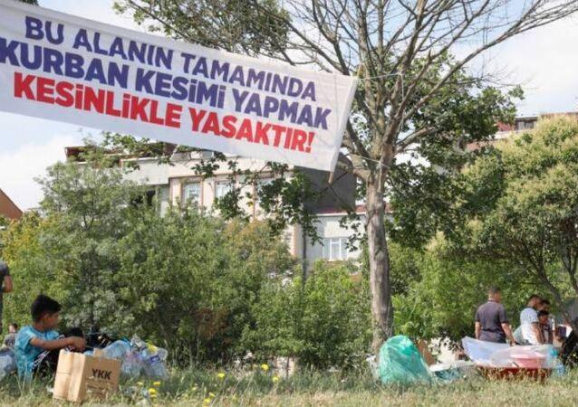Sultangazi kurban yasak afişi altında kesim
