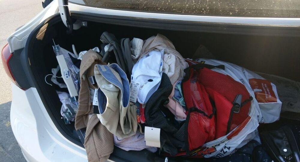 Şüphe üzerine durduruldu, poşetinden 64 tane çanta çıktı