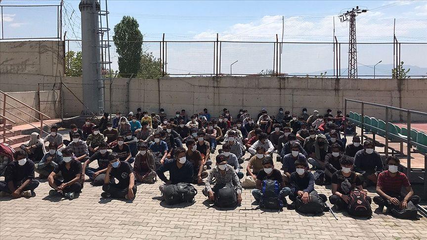 Türkiye'ye girmeye çalışan Afgan uyruklu göçmenler Van