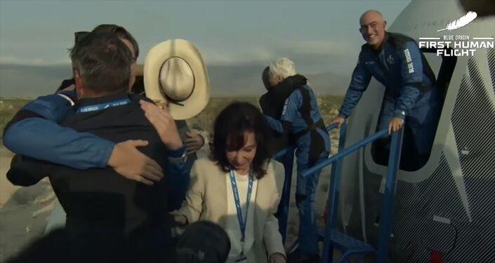 Milyarder iş insanı Jeff Bezos'un şirketi Blue Origin'in geliştirdiği ve Bezos dahil 4 kişiyi taşıyan New Shepard uzay aracı ABD'nin Teksas eyaletinden uzaya fırlatıldı. Araç daha sonra Bezos ve beraberindekilerle sorunsuz şekilde yeryüzüne indi.