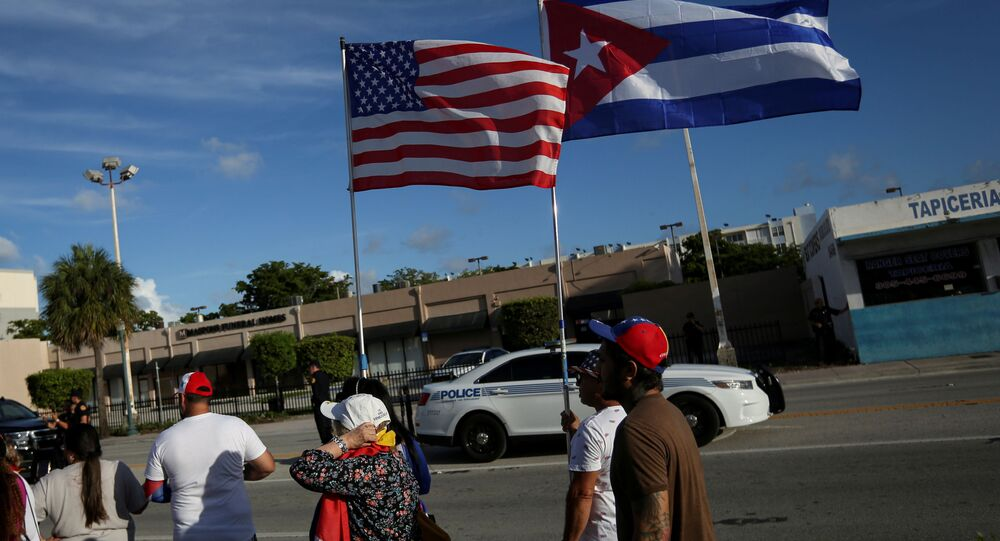 Küba'daki protestolara destek için ABD'nin Florida eyaletinin Miami kentinde ABD ve Küba bayraklarıyla yürüyen Kübalı göçmenler