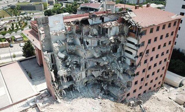 Haydarpaşa Numune Hastanesi'nin dahiliye binasında yıkıma başlandı