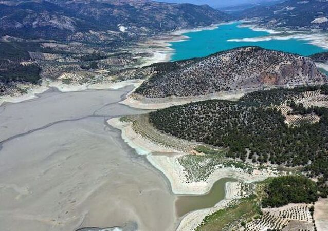 Aydın'ın Bozdoğan ilçesinde sulama ve enerji üretimi amaçlı kullanılan Kemer Barajı, bölgedeki yaklaşık 250 bin dekar alanın sulanmasına katkı sağlıyor. Barajdaki doluluk oranı geçen yıl yüzde 58 iken bu yıl yağışların yetersizliği ve yaşanan kuraklık nedeniyle yüzde 20'ye geriledi.