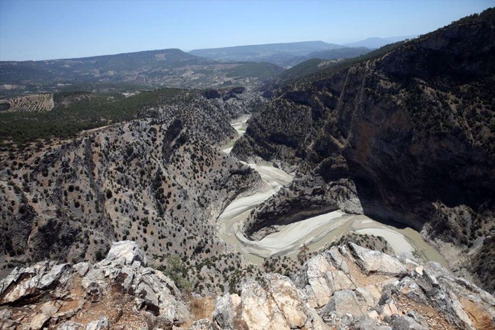 Kemer Barajı üzerinde bulunan, Muğla ve Denizli'ye de uzanan 380 metre yükseklik, 6 kilometre uzunluğundaki doğa harikası Arapapıştı Kanyonu da kuraklıktan nasibini aldı.
