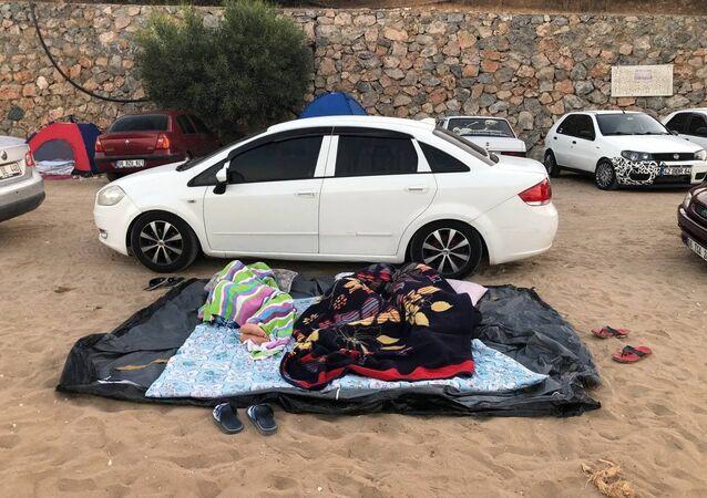Antalya'da arabada ya da yerde uyuyan tatilciler