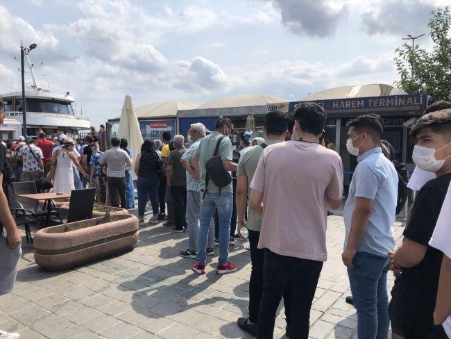 İstanbul'da kalanlar akın etti: Vapur iskeleleri doldu taştı