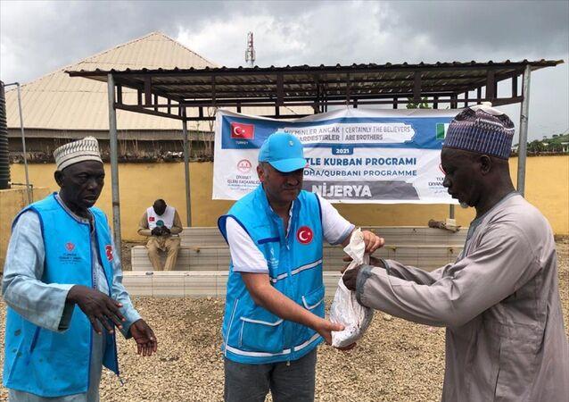 Türkiye Diyanet Vakfı'nın (TDV) Nijerya'da Kurbanını paylaş, kardeşinle yakınlaş sloganıyla düzenlediği vekalet yoluyla kurban kesim organizasyonu kapsamında kesilen kurbanların etleri, 20 bin ihtiyaç sahibi aileye dağıtıldı.