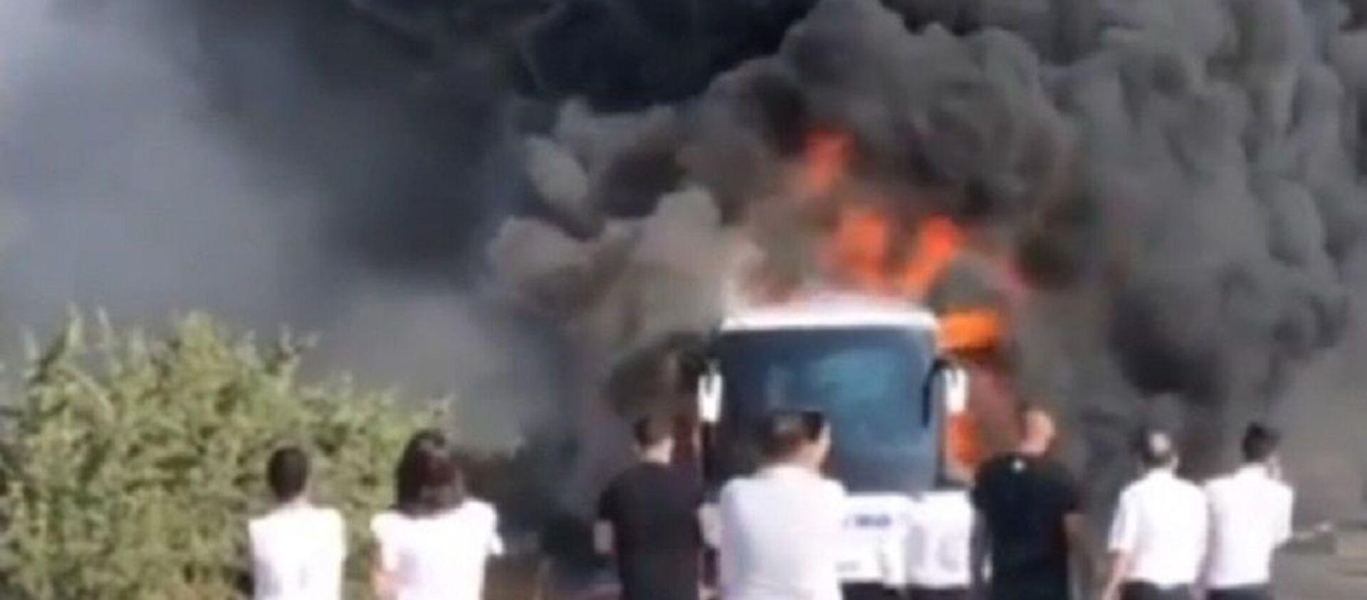 İzmir'de seyir halindeki yolcu otobüsü yandı - Sputnik Türkiye, 1920, 21.07.2021