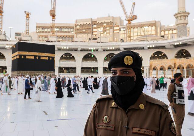 Toplumsal hayatı düzenleyen katı kuralların gevşetildiği Suudi Arabistan'da kadın güvenlik görevlileri ilk kez Hac ibadeti sırasında görev aldı.