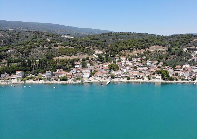 Yüzlerce yıllık köy olan yerleşim yeri, denizin kıyısında kurulmuş durumda. Turkuaz rengi denizi, sakinliği ve doğasıyla görenleri kendine hayran bırakıyor.