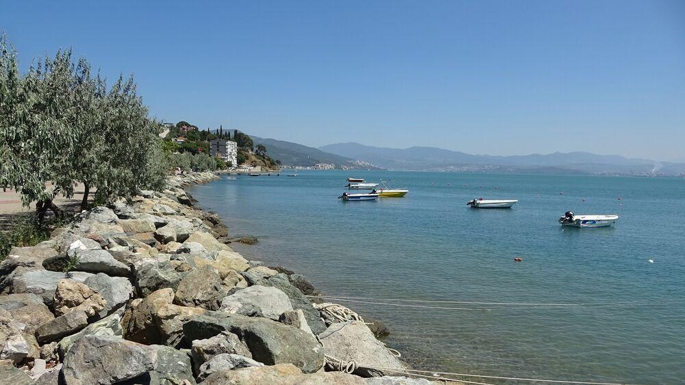 Huzur ve sakinlik içinde sahilde gezen Karacaali sakinleri, doğanın ve huzurun içinde sıcak havalarda denizin keyfini çıkartıyor.
