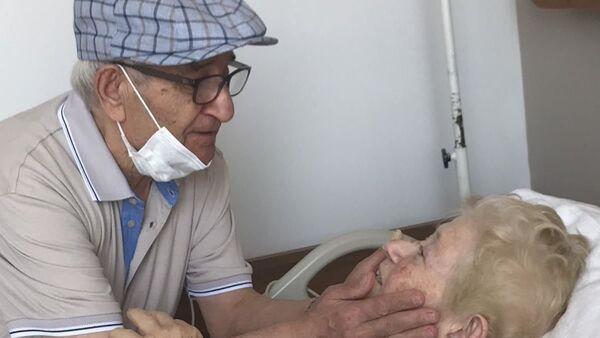 58 yıldır ilk kez ayrı kalan yaşlı çift - Sputnik Türkiye
