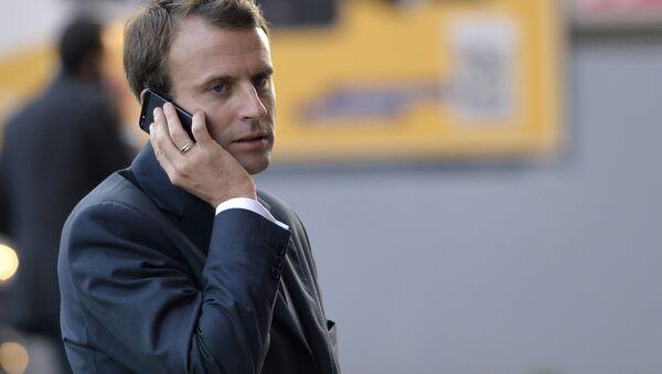 Emmanuel Macron - telefon - Sputnik Türkiye