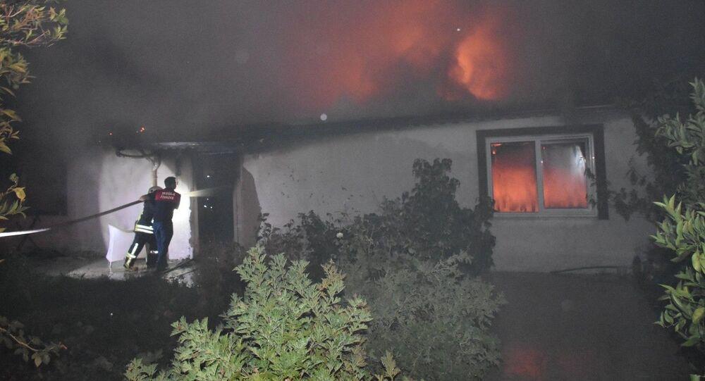 Muğla'nın Marmaris ilçesine bağlı İçmeler Mahallesinde iddiaya göre ayrılmayı kabul etmeyen koca evi ateşe verdi