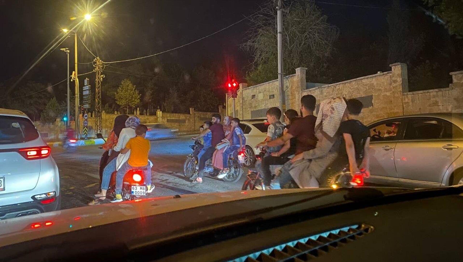 Şanlıurfa'da 3 motosiklette 15 kişi - Sputnik Türkiye, 1920, 23.07.2021