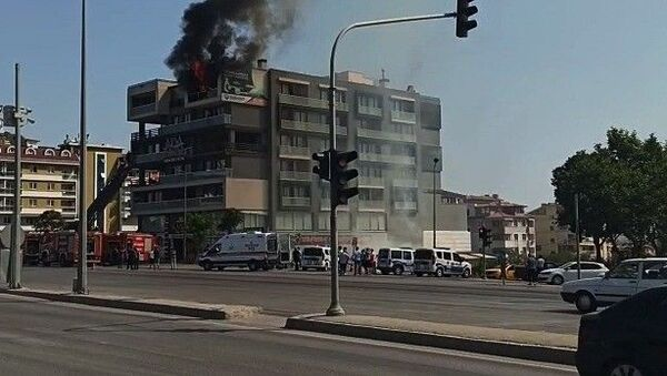Yangında mahsur kalan adam, çıplak bir şekilde komşusunun balkonuna atladı - Sputnik Türkiye